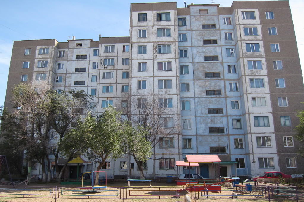Typisches Wohnhaus in Temirtau im Sowjetstil...